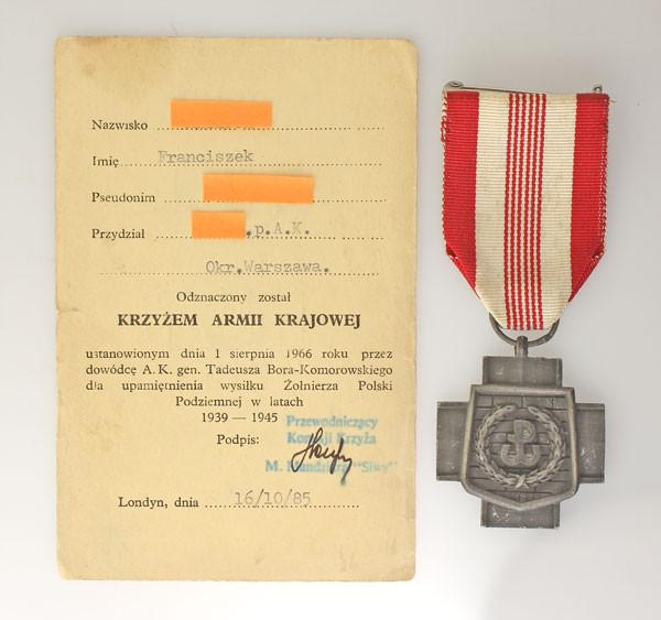 Krzyż AK produkcji londyńskiej z dokumentem