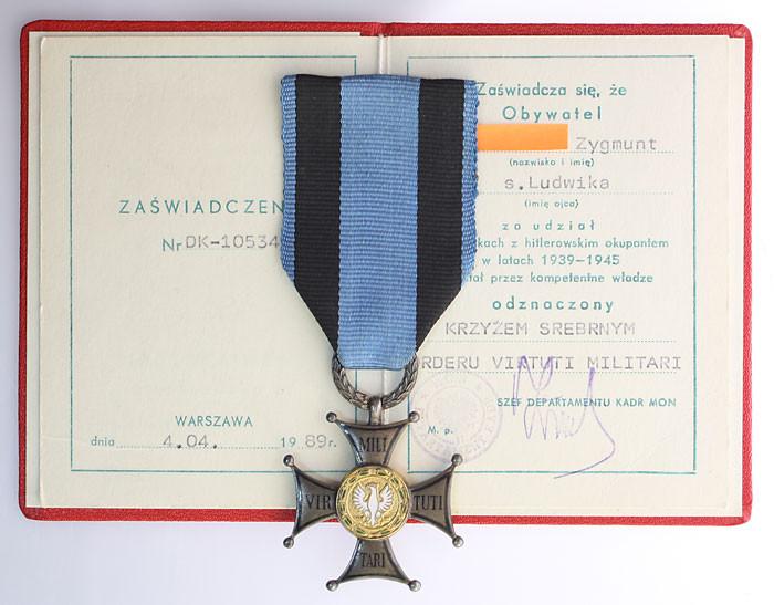 Krzyż Virtuti Militari z dokumentem. Wykonanie mennicze.